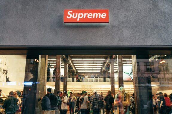 Socios de la tienda falsa de SUPREME fueron sentenciados por plagio