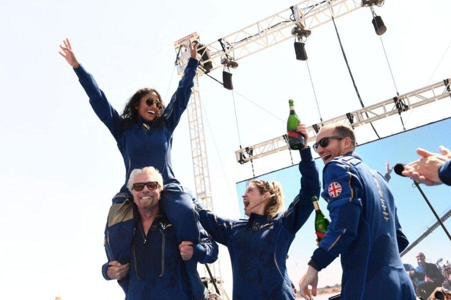 Richard Branson y su tripulación después de viajar al espacio