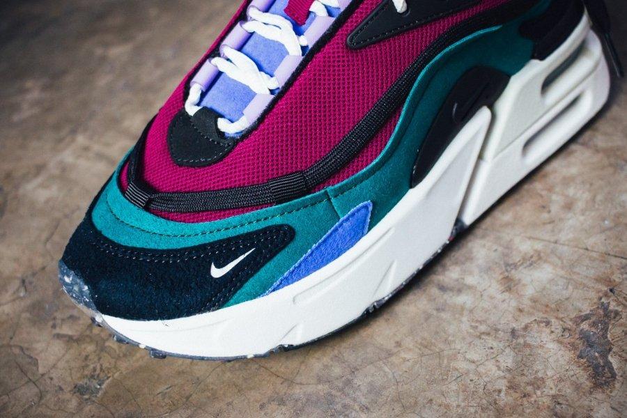el nuevo lanzamiento de Nike; tenis morados con azul y blanco