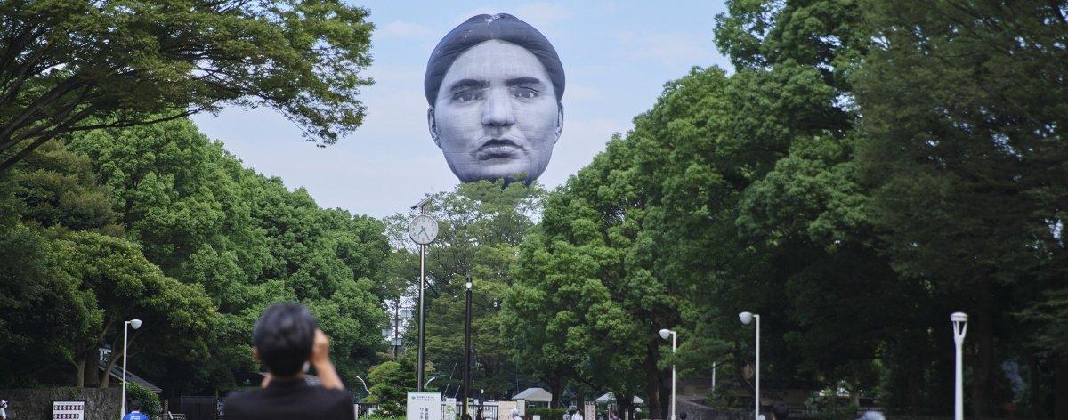 Cabezas humanas gigantes aparecen en ciudades de Tokio