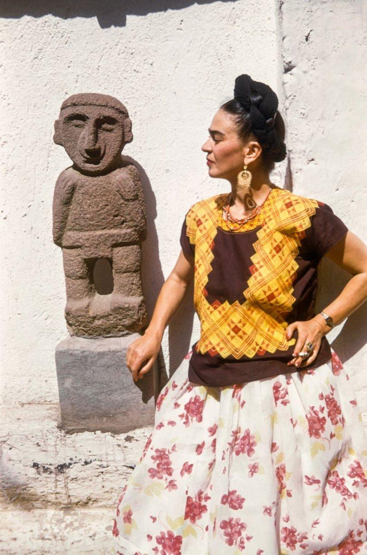 La artista mexicana junto a una escultura
