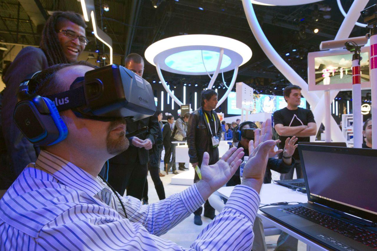 hombre usando realidad virtual