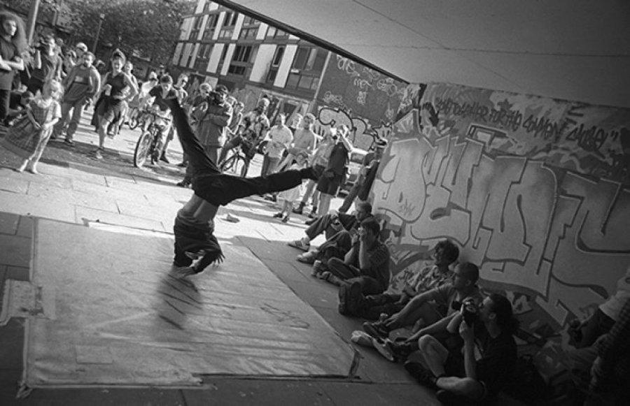 B.boy Evo dancing at the Smear II event, Hulme 1996 - Photograph by Al Baker en el Archivo del Hip Hop de Manchester